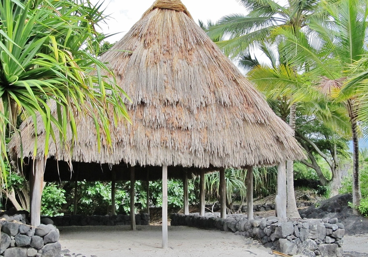 Pu'uhonua o Honaunau Tiki Hut - explore-the-big-island.com